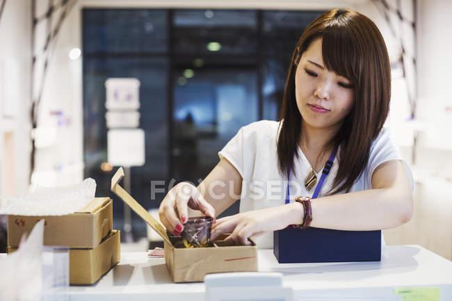 Продавец Эдо Кирико, продающая осколки стекла — стоковое фото
