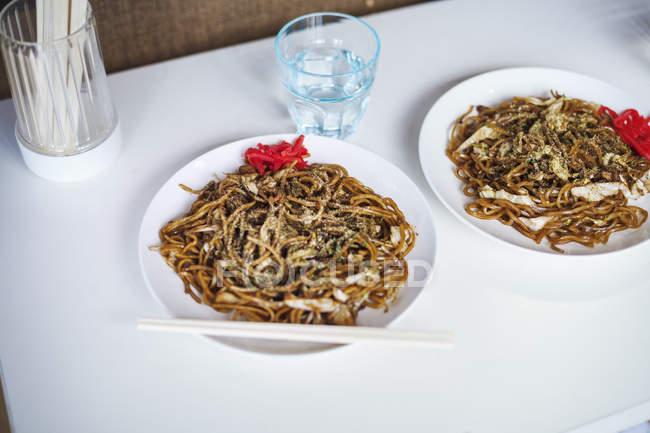 Deux plats de nouilles Soba — Photo de stock