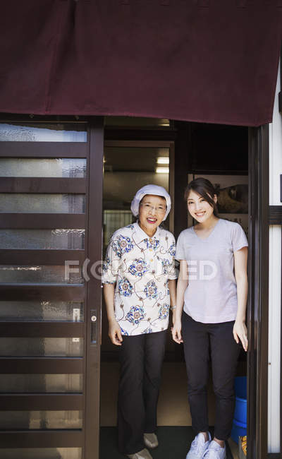 Women at a noodle shop — Stock Photo