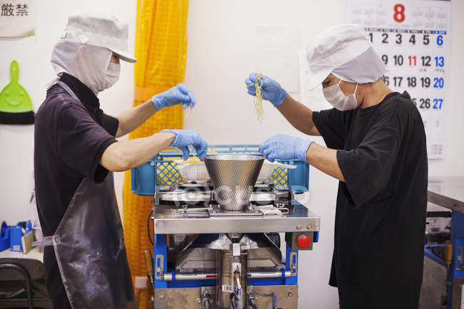 Работники в единице производства лапши соба — стоковое фото