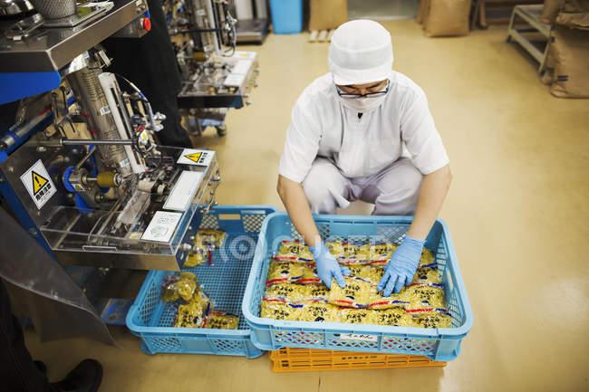 Operaio in una fabbrica di tagliatelle di Soba, — Foto stock
