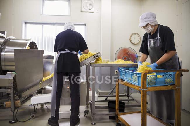 Operai in una fabbrica di produzione di tagliatelle di Soba — Foto stock