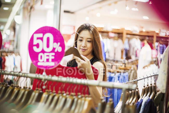 Mulher em uma loja de roupas . — Fotografia de Stock