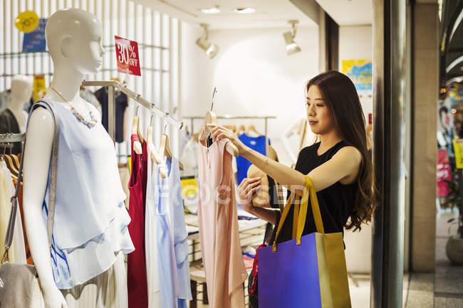 Женщина в магазине одежды . — стоковое фото