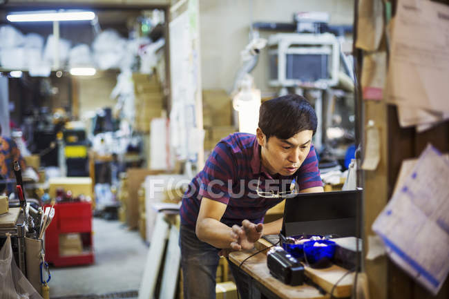 Man using a laptop computer — Stock Photo