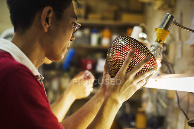 Handwerker in einem Glasmacher workshop — Stockfoto