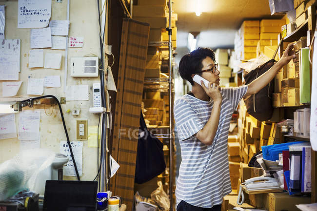 Man at work in a glass maker's workshop — Stock Photo