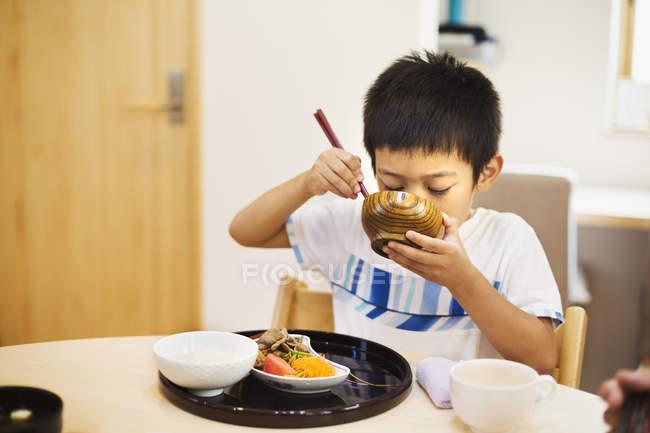 Мальчик ест еду . — стоковое фото
