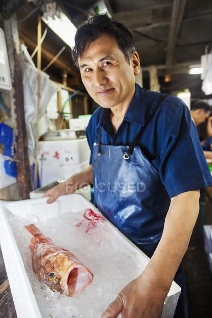 Людина, що працюють у традиційний рибний ринок — стокове фото