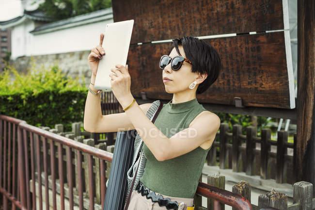 Frau macht mit Tablet ein Foto — Stockfoto