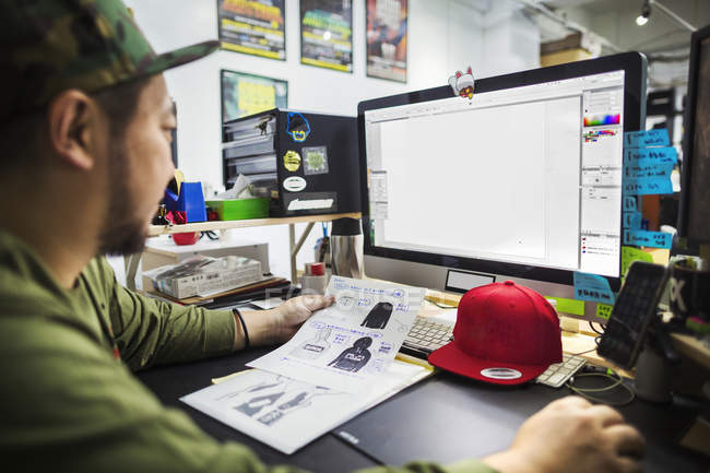 Designer working on screen creating designs — Stock Photo