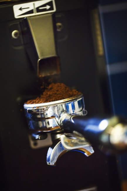 Portafilter de uma máquina de café expresso . — Fotografia de Stock