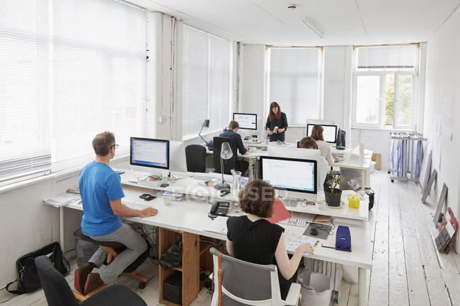Современный офис, рабочие станции для сотрудников — стоковое фото