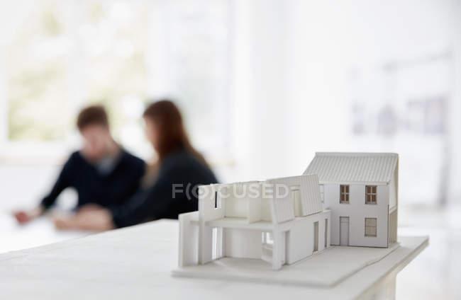 Modello di un edificio con due persone — Foto stock