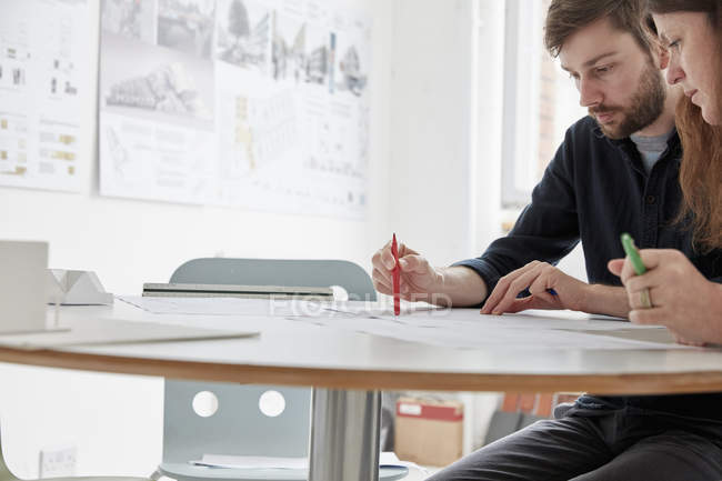 Two people at a meeting — Stock Photo