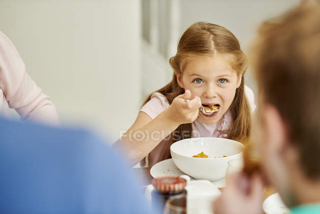 Девочка, едящая хлопья — стоковое фото