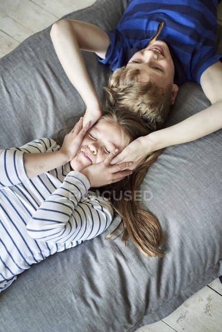 Boy and girl lying on the sofa — Stock Photo