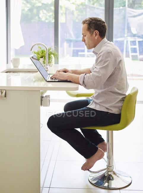Людина за допомогою портативного комп'ютера. — стокове фото