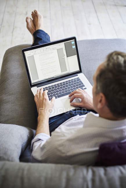 Людина за допомогою портативного комп'ютера — Stock Photo