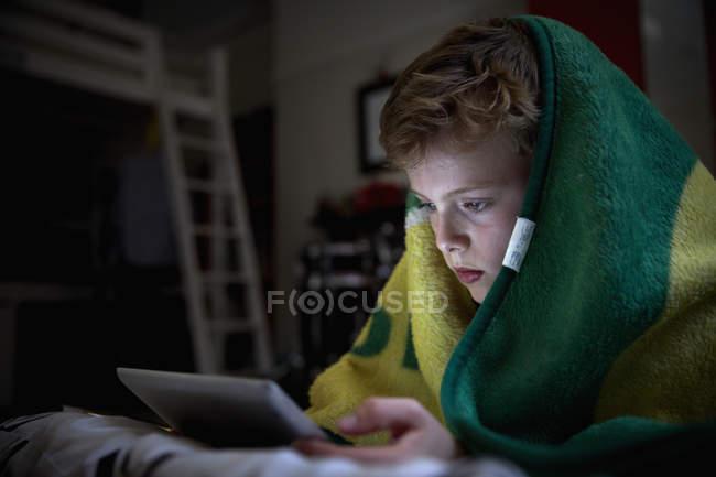Хлопчик з рушником над головою — Stock Photo