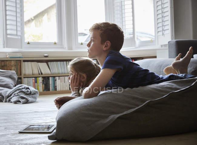Двоє дітей лежав на підлозі — Stock Photo
