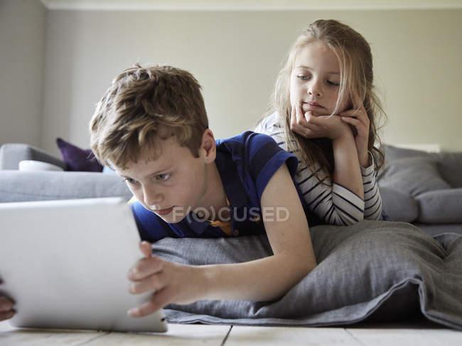 Хлопчик і його сестра — Stock Photo