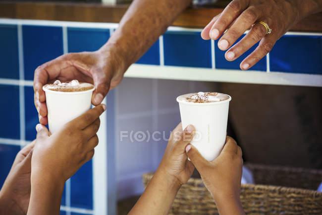 Людські руки, що тримає Стаканчики паперові — стокове фото