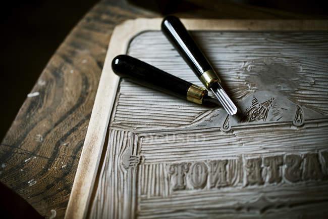 Аркуш лінолеуму і ріжучий інструмент — стокове фото