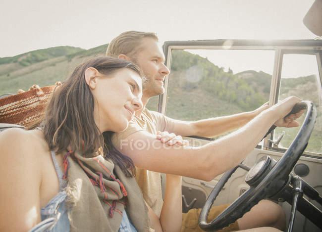 Пара в дороге — стоковое фото