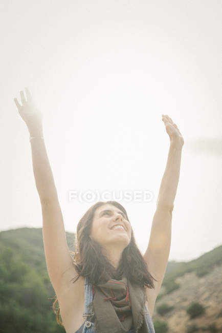 Женщина с поднятыми руками — стоковое фото