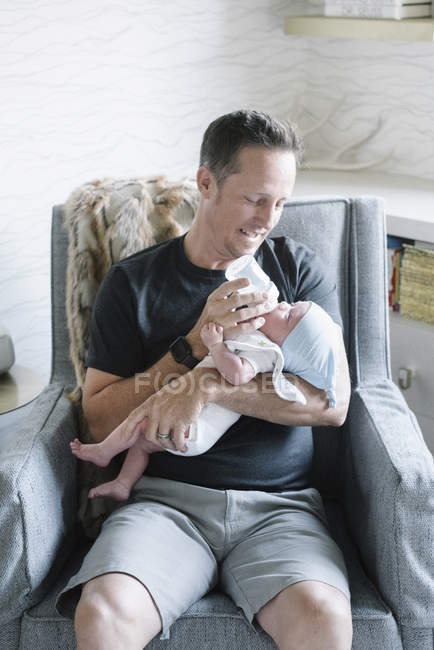 Padre de bebé pequeño acunando - foto de stock