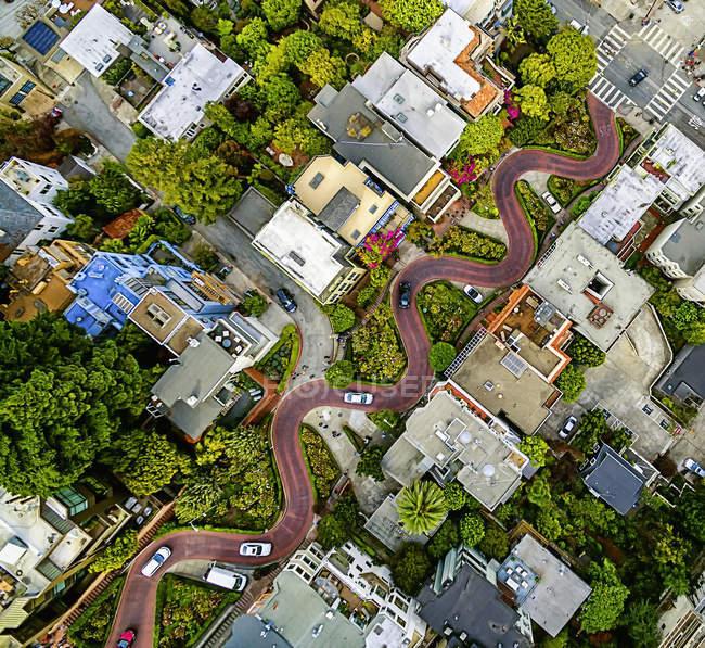 Strada in discesa in collina con tornanti — Foto stock