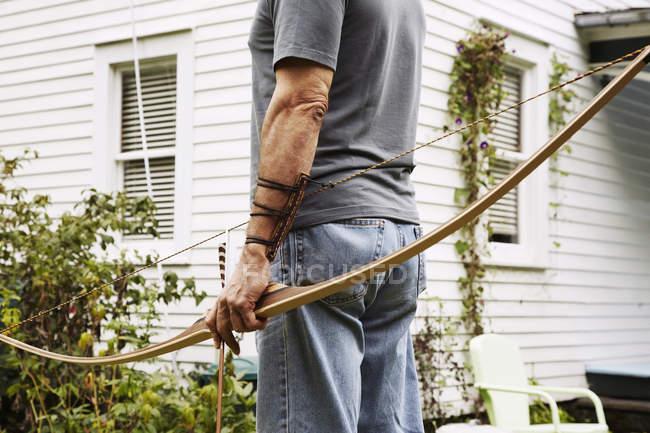 Man holding bow — Fotografia de Stock