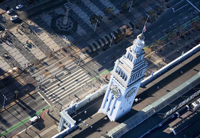 Torre del reloj y caminos circundantes - foto de stock