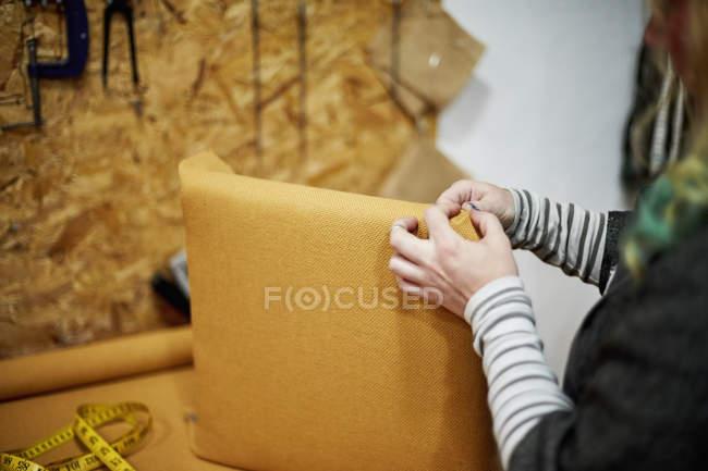 Installation von gelben Stoff Frau — Stockfoto