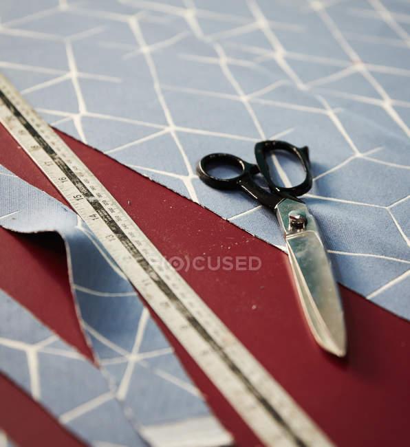 Швейные ножницы с рулетка — стоковое фото