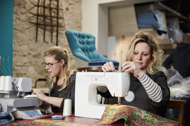Women worked seated with sewing machines — Stock Photo