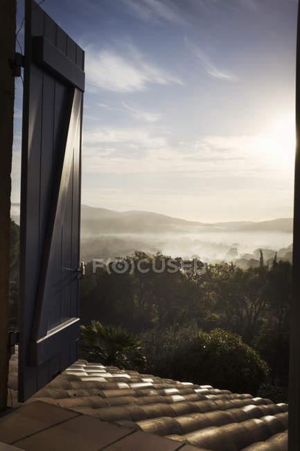 Вид через открытое окно — стоковое фото