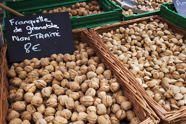 Market stall. Baskets of walnuts — Stock Photo