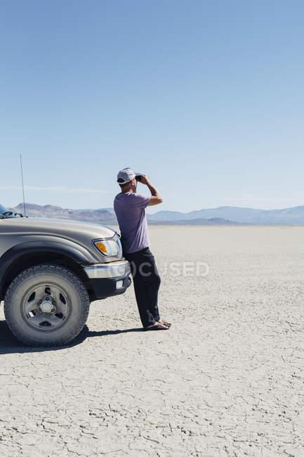 Человек, стоящий на огромной пустыни — стоковое фото