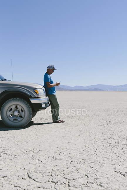 Uomo contro camion nel deserto — Foto stock