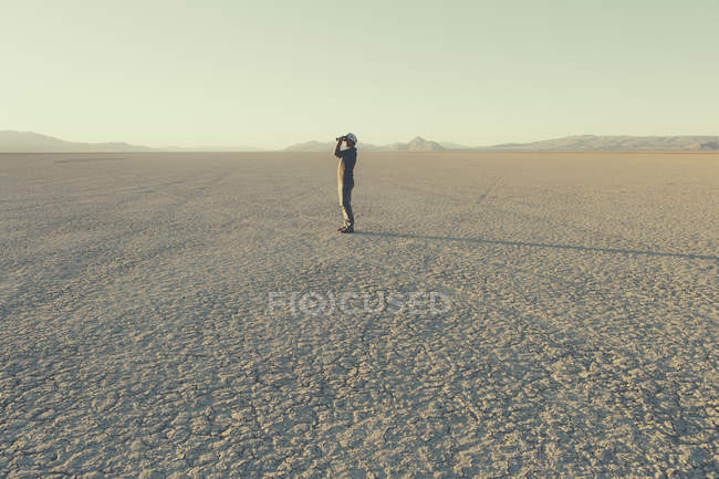 Man standing in remote desert — Stock Photo