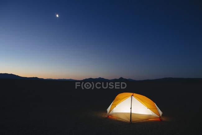 Beleuchtete camping Zelt — Stockfoto