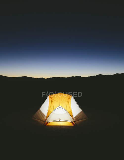 Barraca de acampamento iluminado — Fotografia de Stock