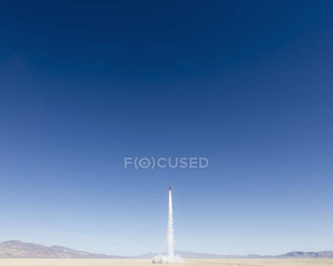 Rakete schießen in weiten — Stockfoto