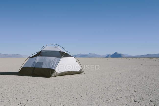 Camping Zelt auf weite Wüste — Stockfoto