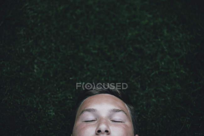 Спящий подросток — стоковое фото