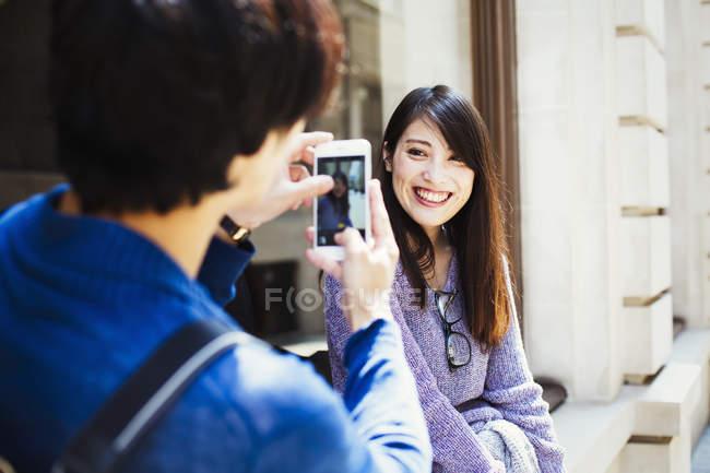 Imagens de tomar homem japonês de mulher — Fotografia de Stock