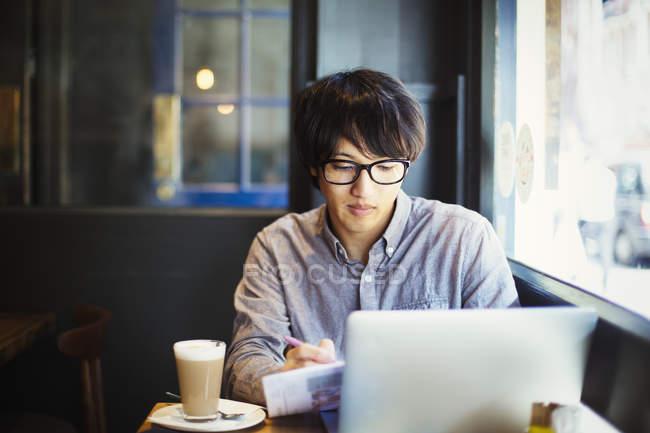 Человек с помощью ноутбука. — стоковое фото
