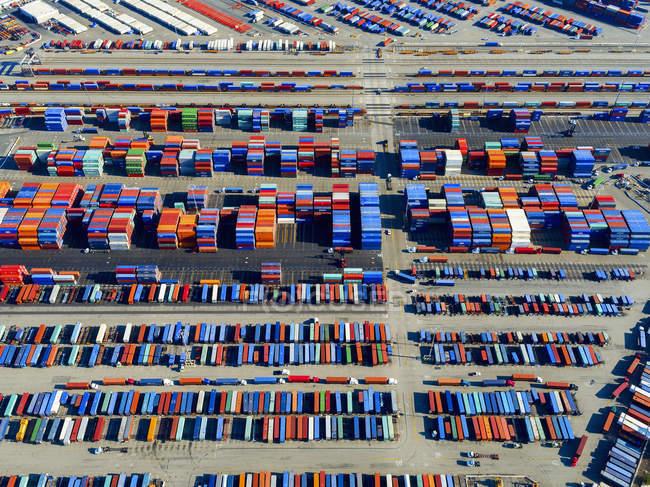 Вид с воздуха на контейнерный порт — стоковое фото